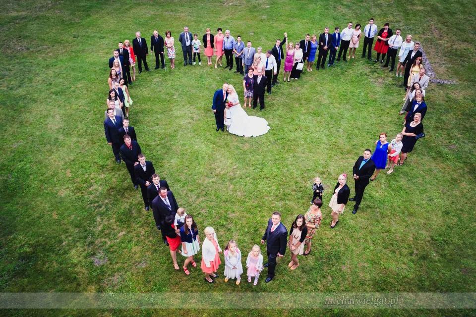zdjęcie ślubne grupowe w kształcie serca