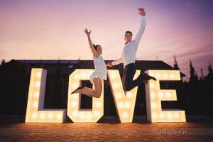 Napis LOVE na wesele, zdjęcie pary, podskok, miłość