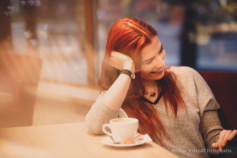 sesja zdjęciowa, restauracja dziewczyna kawiarnia, Góra Lodowa, Słupsk, picie kawy ładna dziewczyna