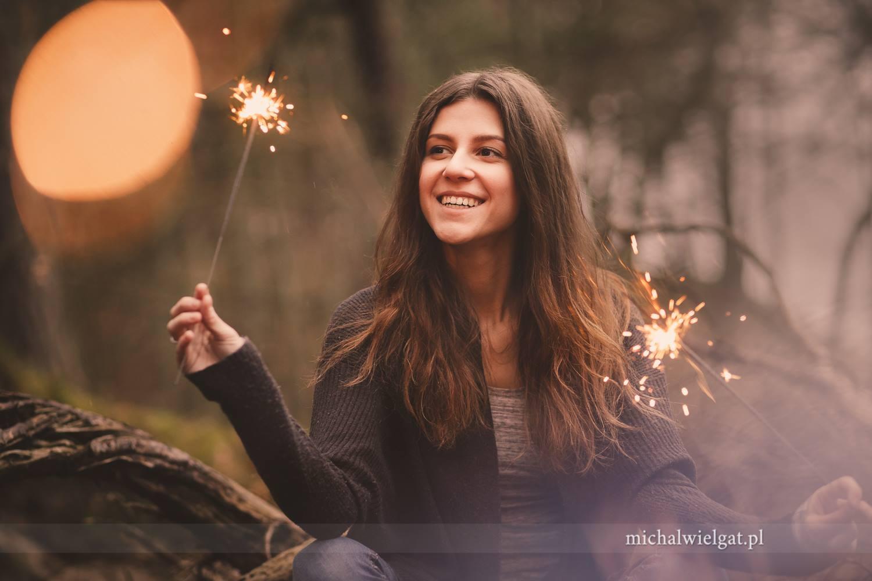 Uśmiechnięta dziewczyna sesja zimne ognie zdjęcia fotograf Słupsk