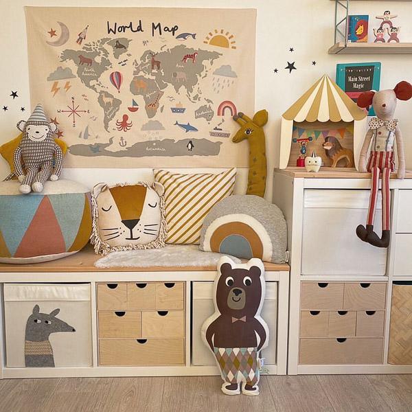 Sesje dziecięce Słupsk w stylu cyrkowym. Zdjęcia dzieci z zabawkami. Piękne wnętrza w stylu skandynawskim - scenki na sesje, pokój dziecka wystrój, półki