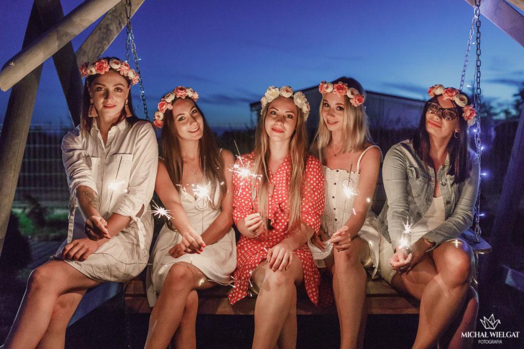 Wieczór panieński Mielno, sesja zdjęciowa na plaży. Sesja dziewczyn na wieczorze panieńskim, wianki we włosach, szampan i race dymne