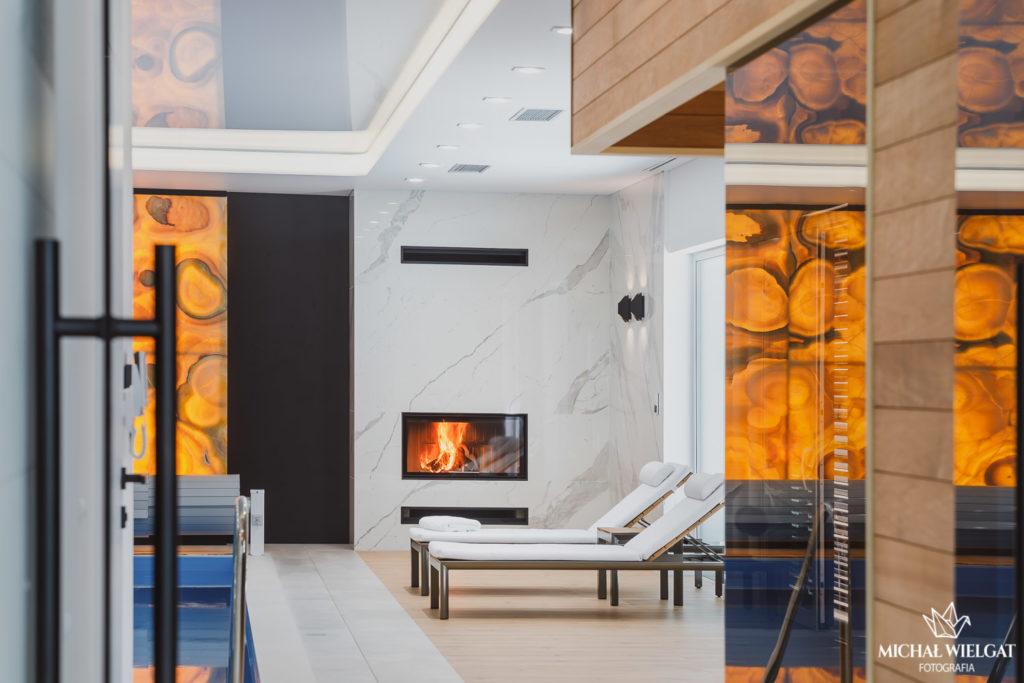 Fotografia wnętrz luksusowy dom, projektowanie wnętrz Dominika Groszek, Słupsk, wyposażenie domu, styl LOFT, beton, drewno, styl Skandynawski, biel połączona z czernią, duży salon, kafle, kamienie, beton, basen, żałuzje, kominek