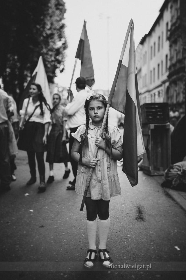 Powstanie Warszawskie - dziewczynka z flagą