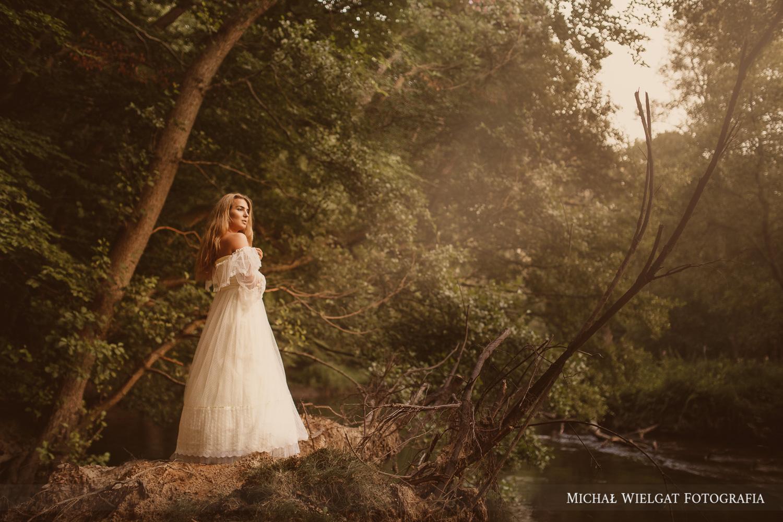sesja zdjęciowa w rzece biała suknia ślubna Zuzanna Ustka