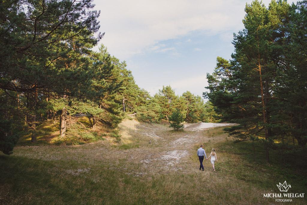 Sesja narzeczeńska nad morzem, w lesie, Martyna i Artur, Ustka, fotograf ślub Michał Wielgat Fotografia, profesjonalny fotograf na ślub, sesja w plenerze z wiankiem, sesja przed ślubem